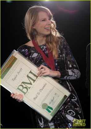 8/11/11: Taylor Swift au the 2011 BMI Country Awards à Nashville! J'adore!!! Ton avis?