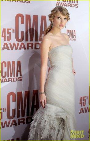 9/11/11: Taylor Swift au 2011 CMA Awards touours à Nashville! Deux gros TOP en deux jours pour Taylor!!!