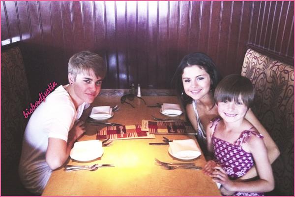 Justin & Selena ont été vu faisant du shopping dans le centre commercial « Parks Mall » à Arlington au Texas, le 29 Mai !