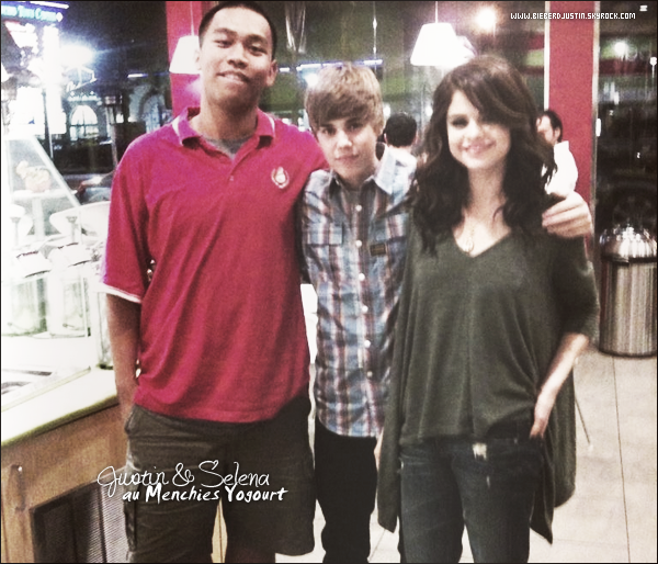 Justin a été vu en compagnie de son amie, Selena Gomez au Menchies Yogourt ce 1er novembre.