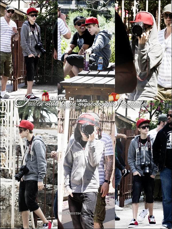 JB a été photographié le 11 avril, arrivant à son hôtel de Tel Aviv en Israel.  Le 12 avril visitant un site arquéologique.