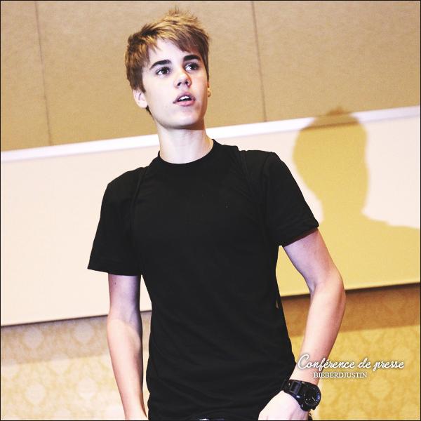 Portrait de Justin lors d'une conférence de presse à Singapour. Tu aimes ?