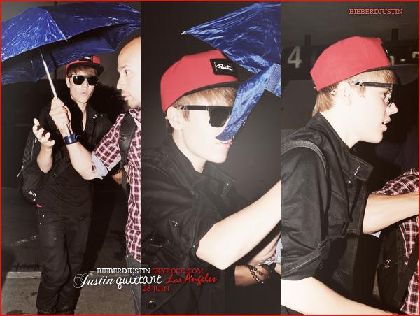 Justin a été photographié à l'aéroport de Los Angeles, 28 juin. Top, j'aime bien sa tenue & sa casquette.