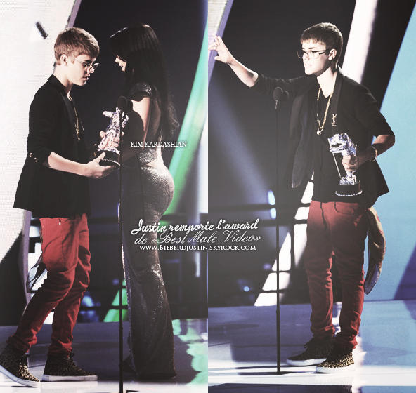 _NEW, EVENTS_ JB et ses lunettes étaient présent hier, 28 août, aux MTV Video Music Awards. TOP, sa tenue est jolie.