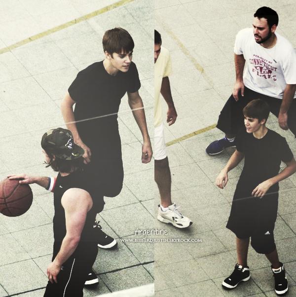 Justin a été photographié jouant au basket avec son équipe, le 14 octobre en Argentine.
