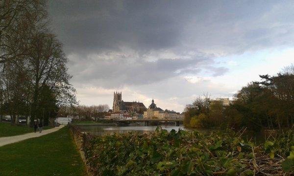 Petite vue du vieux centre de Meaux depuis les bords de Marne coté Gare sncf...