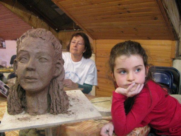 la sculpture en cours de réalisation du portrait de léa