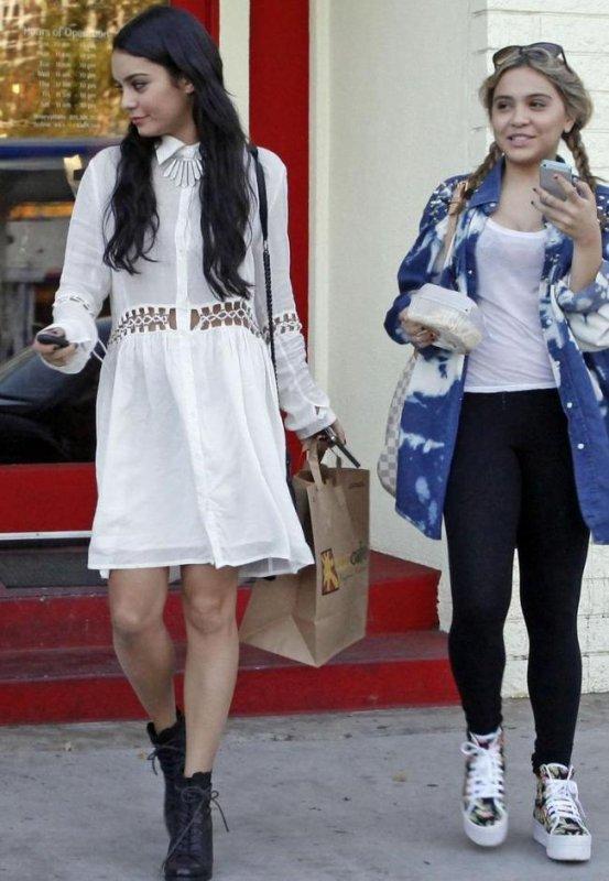 Vanessa Hudgens et sa soeur sortant prendre un café ensemble! :D