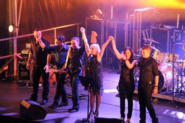 LA TOURNEE 2013 -  Voici l'équipe qui entoure JEANNE sur scène...