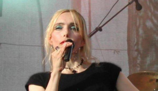 """En attendant les Folies Bergère - Jeanne interprète """"COEUR EN STEREO"""" en live à Troyes (10 -Aube) le 02 juin 2005"""