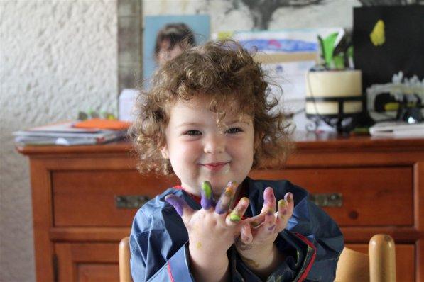 Faustine 2 ans et quelques mois... en plein atelier peinture à doigts  :)