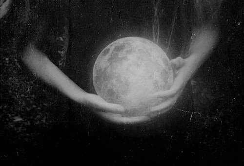 Un papillon de lune a ailé en dunes les tendresses bleues...