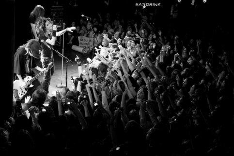 «Vous pouvez dire tout ce que vous voulez sur nous   mais laissez nos fans tranquilles ! »  _  Bill kaulitz_♥