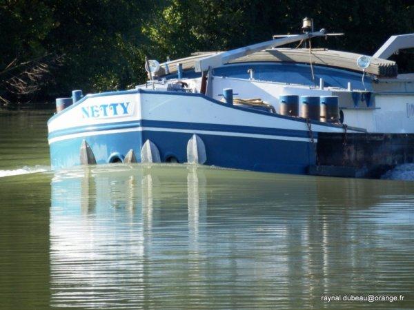 a travers le trou de l' objectif Le Netty sur la Marne