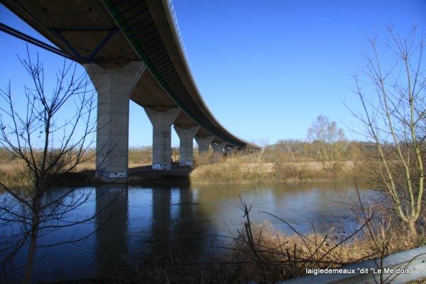 """a travers le trou de l'objectif """" le Viaduc de Quincy"""
