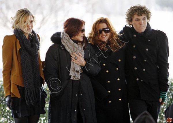 Flash Back | 08.01.2010 ; voici des photos provenant de l'anniversaire d'Elvis l'année dernière à Graceland . On peut y voir Lisa Marie, Priscilla & les deux aînés Riley & Benjamin .