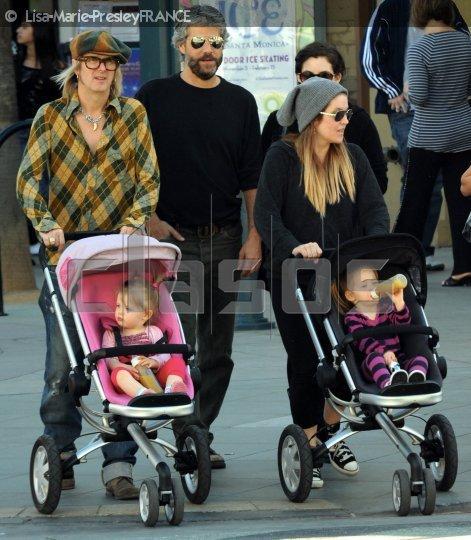 Santé inquiétante ? .. | La photo est récente, mais je ne connais pas la dâte précise . On y voie Michael, Lisa, les jumelles ainsi que Danny son premier mari & Riley .