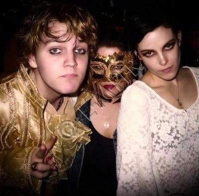 Flash Back ~ Lisa Marie, Ben & Riley ( qui d'ailleurs à les cheveux noirs =) ) au New Years Ball . ( pas de dâte exacte mais je pense le 31 décembre 2010 ^.^ ) .