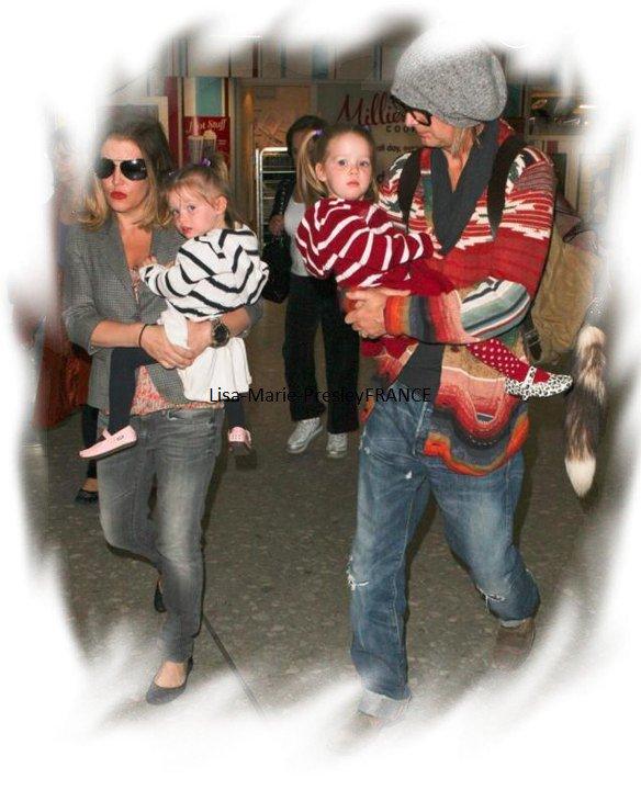 News | Lisa Marie, Michael & les jumelles : 1er Avril 2011 à l'aéroport d'Heathrow ( Londres ) , elle rentre en Angleterre : ) . & Choc ' Lisa a coupée ses cheveux & surtout minci !!!