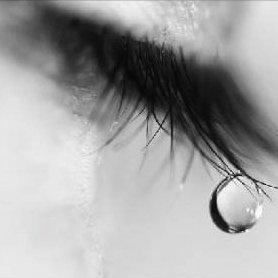 J'aimerais être une larme, pour naître dans tes yeux, vivre sur les joues et mourir sur tes lèvres.