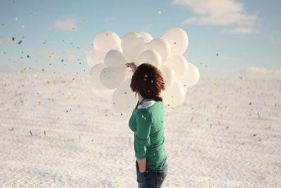 ★ L'amour c'est cela : Faire croire à la personne qu'on désire le plus au monde qu'elle nous laisse de marbre. L'amour consiste à jouer la comédie de l'indifférence, à cacher ses battements de c½ur, à dire l'inverse de ce qu'on ressent. Fondamentalement, l'amour est une escroquerie. ★