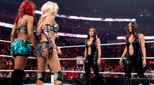 Kelly Kelly & Alicia Fox ont battue Les bellas twins