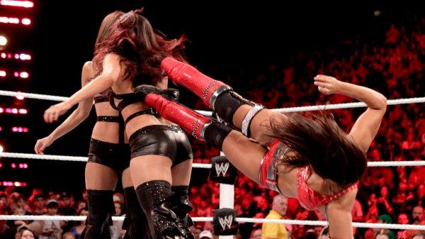 Raw divas championship : Layla VS Brie Bella VS Nikki Bella