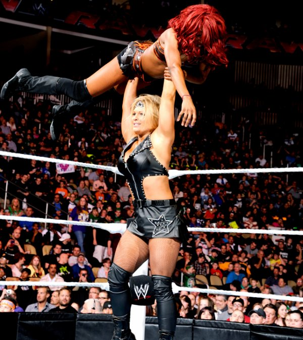 Beth Phoenix VS Alicia Fox  (intervention de Layla)