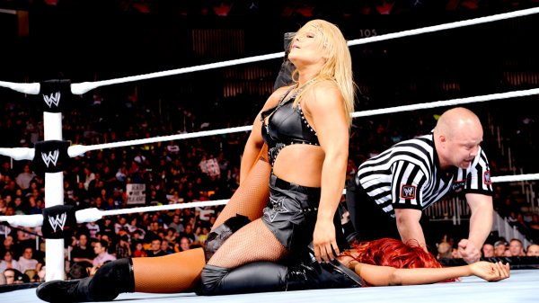 Beth Phoenix VS Alicia Fox  (intervention de Layla)