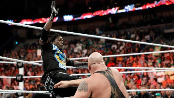 Big Show VS Broduc Clay (intervention de Kofi et R-truth pour aider Brodus)