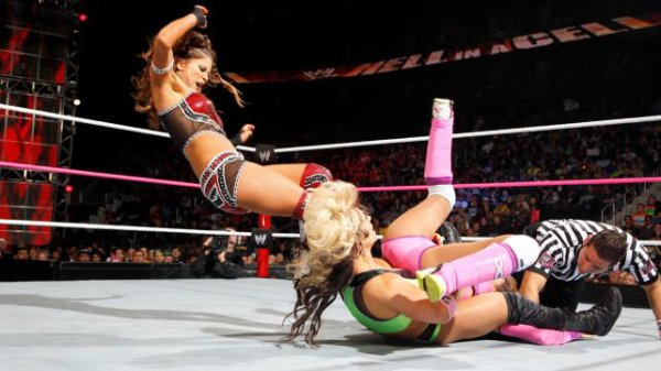 Résultats Hell in a Cell 2012: Eve bat Kaitlyn & Layla