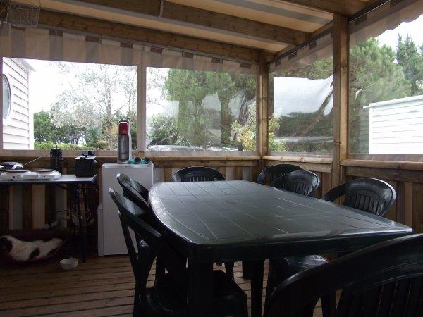 terrasse bachée (12 m²) avec grande table et frigo d'appoint