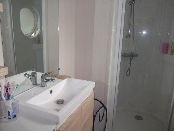 Salle de bain (Douche + évier) WC = pièce séparée