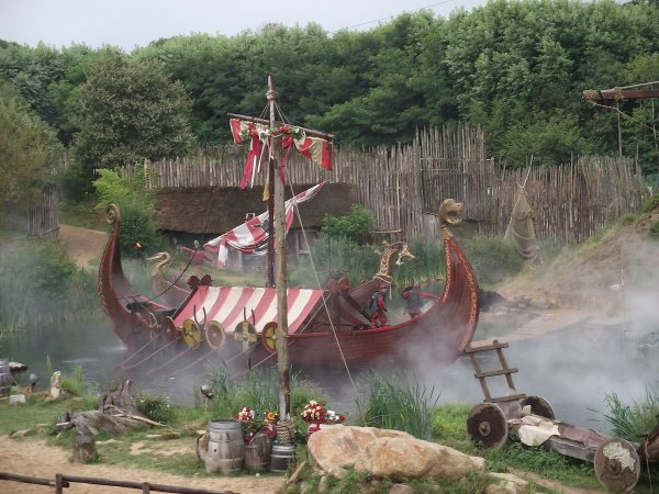 Spectacle au Puy du fou (parc d'attraction) invasion de la bretagne par les vikings