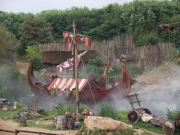 Spectacle au Puy du fou (parc d'attraction) invasion de la bretagne par les vikings