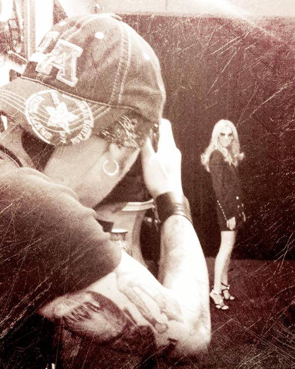 . Céline Dion a fait une séance photo lundi 16 juillet 2012 . Céline Dion est passée ce lundi pour faire une séance photo avec Christopher Ameruoso. « Séance photo aujourd'hui avec la belle Céline Dion. Très excité par cette séance » a déclaré le photographe sur son twitter. Cependant, elle ne sera pas pour le nouvel album. « La séance photo est un hommage à Elvis, je le fais avec Priscilla Presley ».