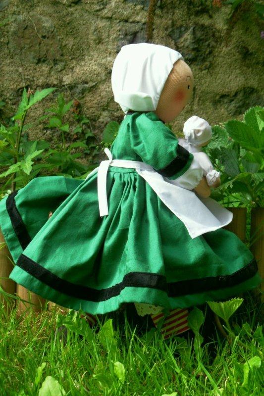 Bécassine nourrice, poupée de 45cm, vue de profil.