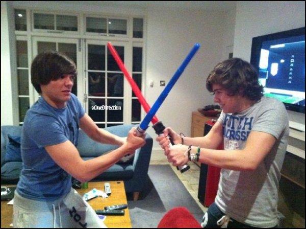 *  Comme nous les connaissont bien, Louis et Harry sont toujours en train de faire les idiots :P Voici une photo poster sur le twitter de Harry :  « Star Wars est toujours cool. Assez dit. » *