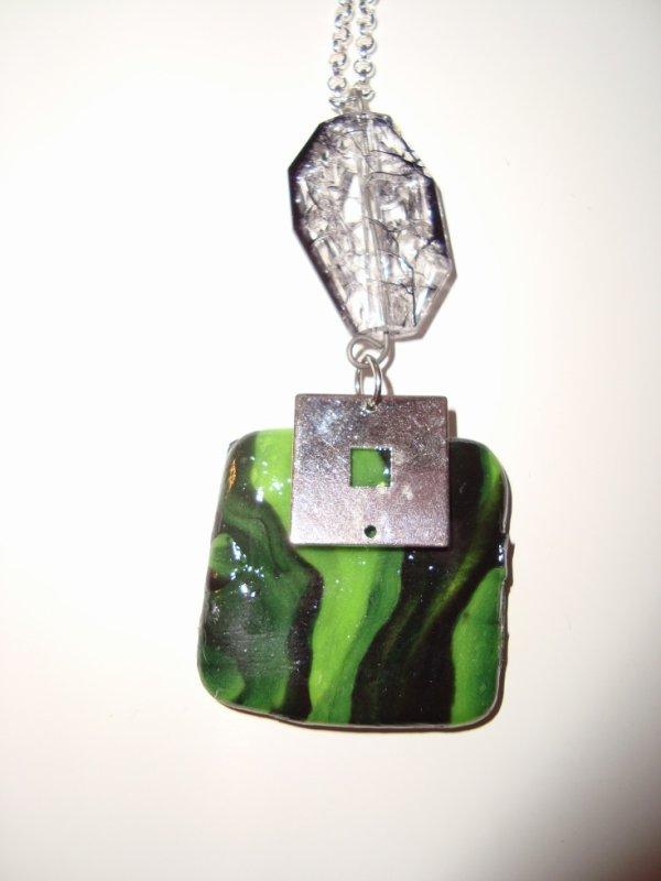Pendentif carré vert et pierre précieuse