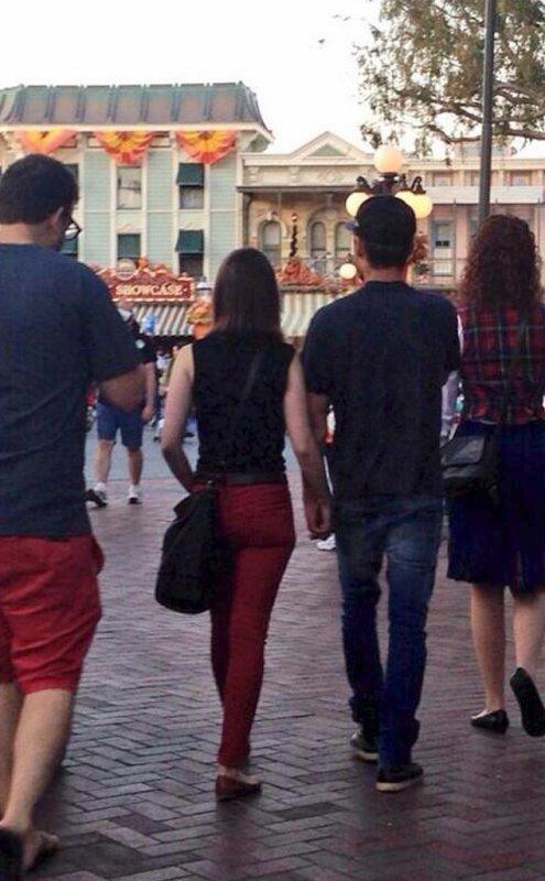 Zac Efron et Lily Collins se promènent main dans la main à Disneyland : découvrez l'adorable photo ! EN EXCLUSIVITÉ