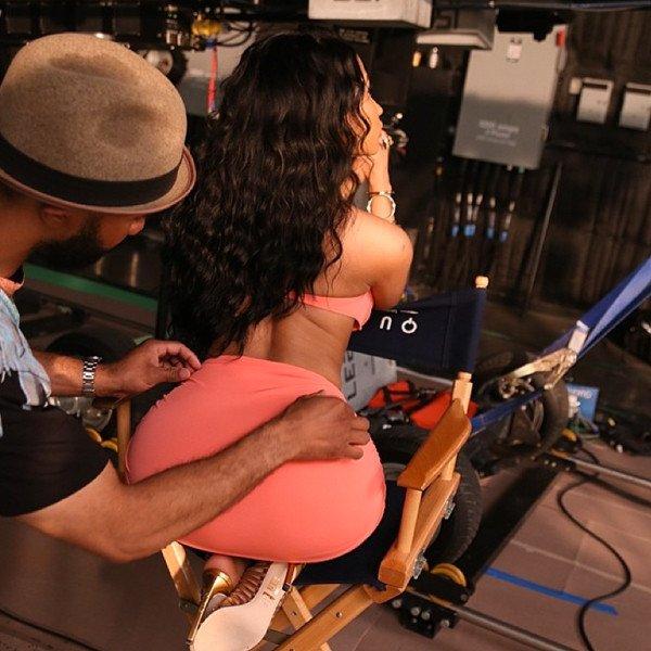 Nicki Minaj dévoile son corps et son décolleté de rêve en bikini sexy : découvrez les photos !
