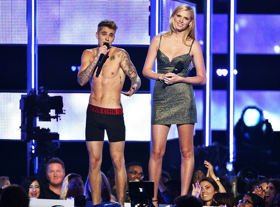 Justin Bieber finit en caleçon à Fashion Rocks après avoir été hué : regardez !