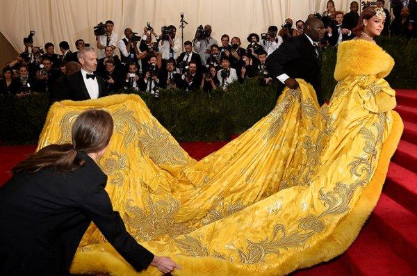 Rihanna souffle le Gala du Met 2015 avec une énorme robe jaune exigeant l'aide de quatre porteurs : les images !