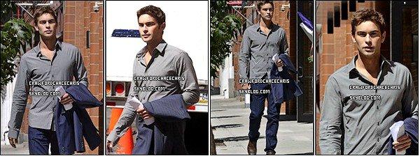 *30/08/2011 - Chace était en compagnie Elizabeth Hurley sur le tournage de la saison 5 de Gossip Girl. ____  *