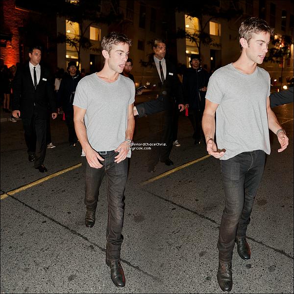 *12/09/2011 - A l'ocassion du festival international du film Chace était au canada dans la ville de  Toronto il a donc été vu ce promenant en ville.  *