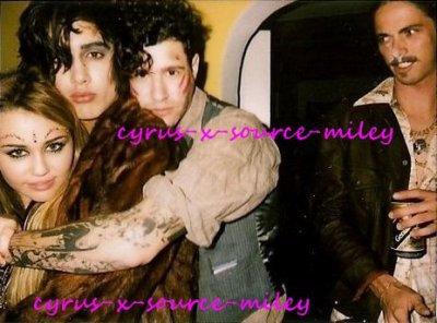 Deux photos persos  de Miley fêtant Halloween avec des amis.