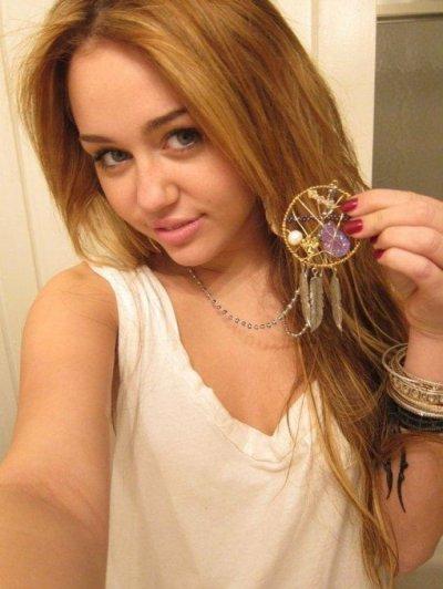 Miley Cyrus : elle porte les bijoux d'une nouvelle créatrice