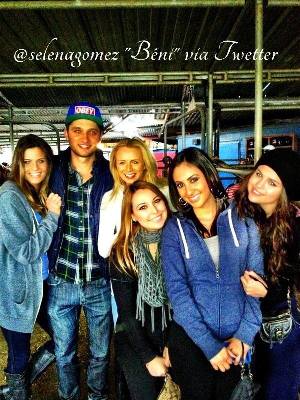 02/01/13 - Selena à poster une photo sur Twitter au Bowling