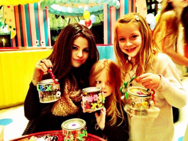 I always end up at the kids table :) @unicefusa dessert party. Je finis toujours à la table des enfants :) party @ desserts unicefusa.