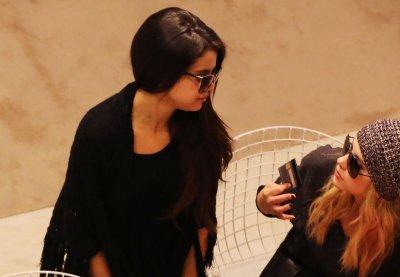 """16/02/13 - Les 3 girls sont allée faire les magasins à Paris. Le magasin s'appel """"Printemps"""". Je la trouve magnifique & très souriante c'est donc un TOP & toi ?"""